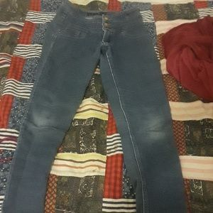 This pants cant fit me anymore so I'm selling it